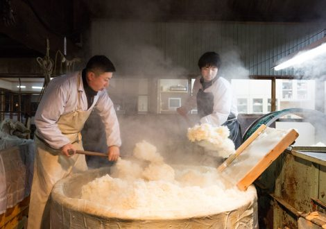 蒸し米を掘る